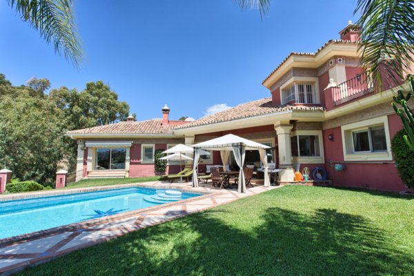 6 Bedroom6, Bathroom Villa For Sale in El Herrojo Alto, Benahavis