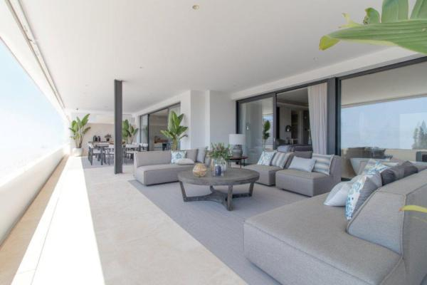 3 Bedroom, 3 Bathroom Penthouse For Sale in Señorio de Vasari, Marbella Golden Mile