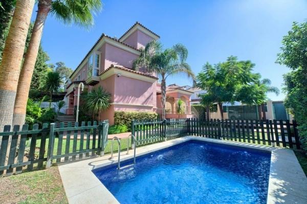 6 Спальня, 4 Ванная Вилла Продается в Lorea Playa, Puerto Banus, Marbella