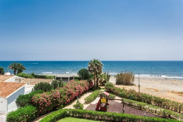 4 Bedroom, 3 Bathroom Villa For Sale in Lorea Playa, Puerto Banus, Marbella