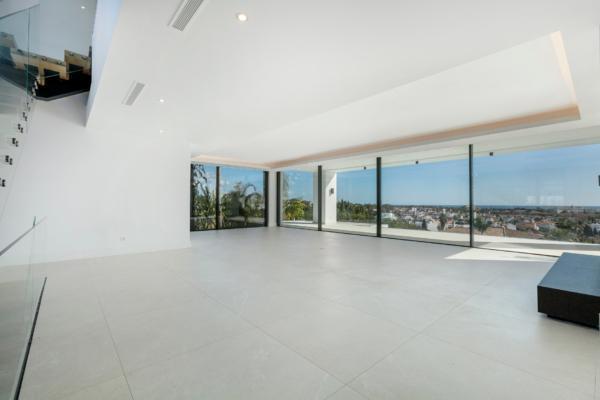4 Bedroom5, Bathroom Villa For Sale in El Paraiso, Estepona